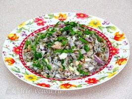 Салат из морской капусты с сайрой: фото к шагу 7.