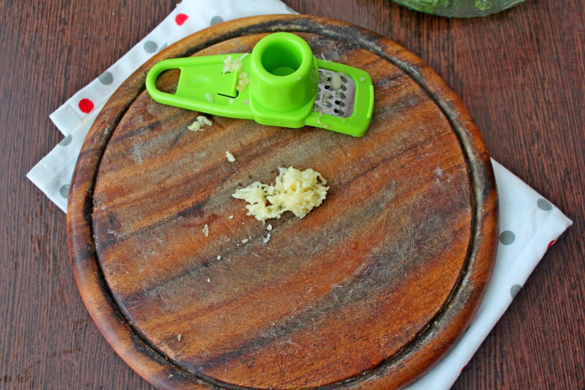 Болгарский суп Таратор с грецкими орехами: фото к шагу 2.
