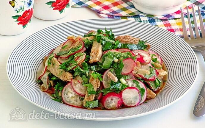Мясной салат с редисом и японской капустой