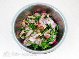 Мясной салат с редисом и японской капустой: фото к шагу 6