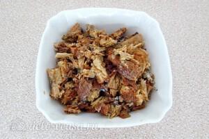 Салат из консервированной сайры с помидорами: фото к шагу 4.