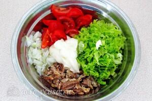 Салат из консервированной сайры с помидорами: фото к шагу 5.