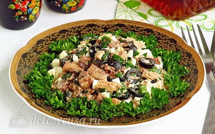 Быстрый салат из сайры с маслинами