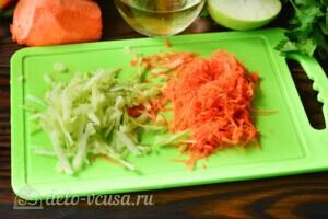Салат из пекинской капусты с яблоком и морковью: фото к шагу 2.