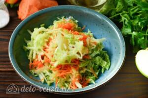 Салат из пекинской капусты с яблоком и морковью: фото к шагу 3.