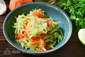 Салат из пекинской капусты с яблоком и морковью: фото к шагу 4.