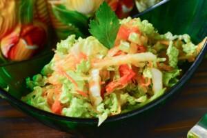 Салат из пекинской капусты с яблоком и морковью: фото к шагу 5.