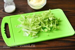 Салат из пекинской капусты с яичными блинчиками: фото к шагу 3.