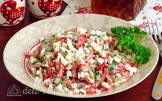Рецепт яркий салат с солеными огурцами