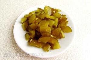 Яркий салат с солеными огурцами: фото к шагу 1.