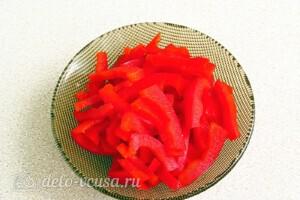Яркий салат с солеными огурцами: фото к шагу 2.
