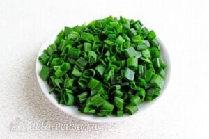 Яркий салат с солеными огурцами: фото к шагу 5.