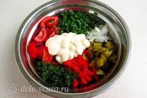 Яркий салат с солеными огурцами: фото к шагу 7.
