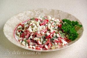 Яркий салат с солеными огурцами: фото к шагу 9.