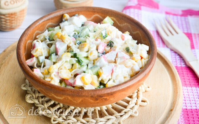 Крабовый салат с огурцом и сыром за 10 минут
