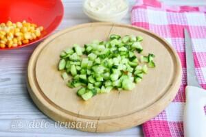 Крабовый салат с огурцом и сыром за 10 минут: фото к шагу 2.