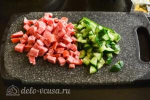 Салат из лапши быстрого приготовления с колбасой: фото к шагу 2.