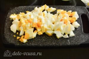 Салат из лапши быстрого приготовления с колбасой: фото к шагу 3.