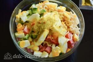 Салат из лапши быстрого приготовления с колбасой: фото к шагу 4.