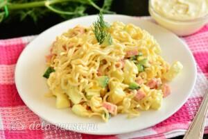 Салат из лапши быстрого приготовления с колбасой: фото к шагу 5.