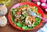 Весенний салат с редиской и морковью