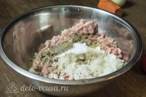 Тефтели из свинины в томатном соусе: фото к шагу 1.