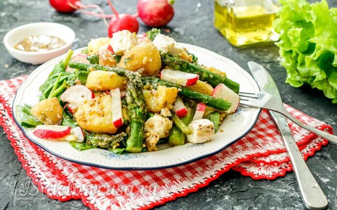 Теплый салат с молодым картофелем и спаржей