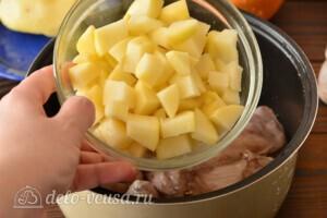 Жаркое из кролика с картошкой в мультиварке: фото к шагу 4.