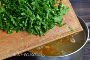 Зеленый борщ с томатной пастой: фото к шагу 8.