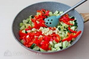 Фрикадельки из индейки в овощном соусе: фото к шагу 4.