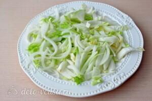 Греческий салат с пекинской капустой: фото к шагу 2.