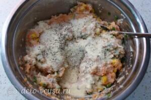 Куриные котлеты с цветной капустой и кукурузой: фото к шагу 10.