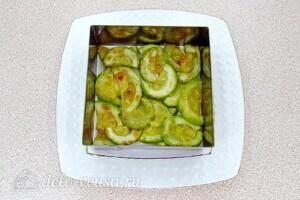 Овощной салат-торт с жареными кабачками: фото к шагу 19.