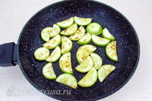 Овощной салат-торт с жареными кабачками: фото к шагу 3.