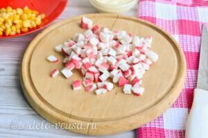 Крабовый салат с огурцом и сыром за 10 минут: фото к шагу 1