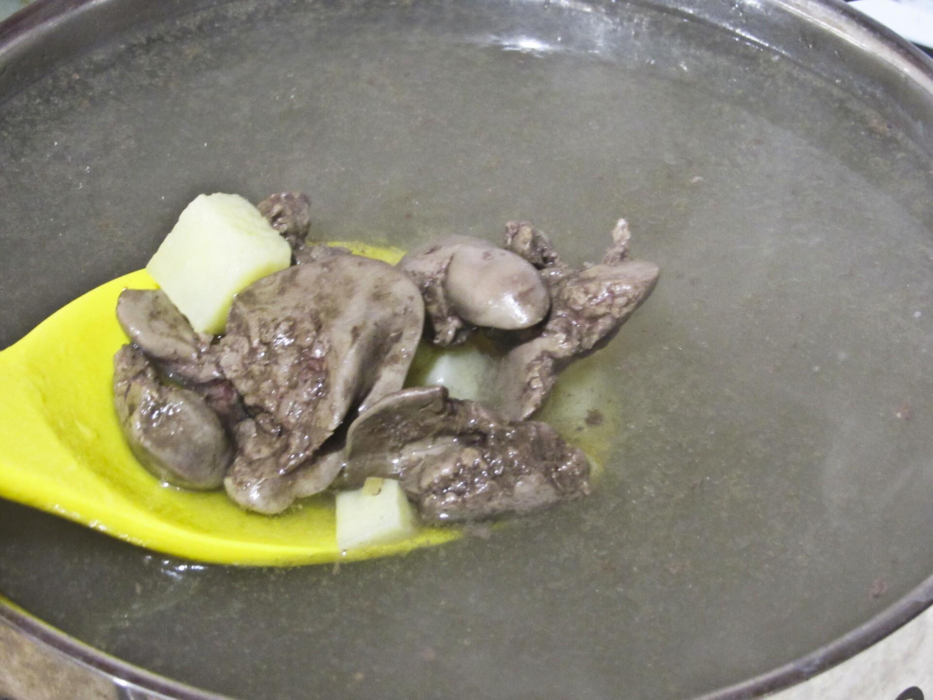 Суп с куриной печенью и вермишелью: фото к шагу 9.