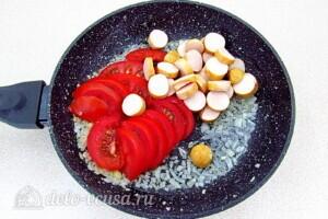 Омлет с сосисками и помидорами: фото к шагу 5.