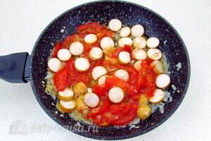 Омлет с сосисками и помидорами: фото к шагу 6.