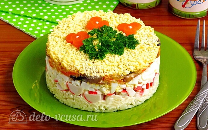 Крабовый салат-торт с рисом и грибами