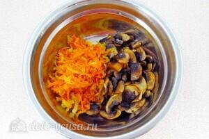 Крабовый салат-торт с рисом и грибами: фото к шагу 10.