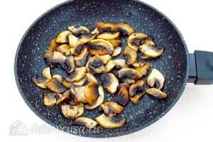 Крабовый салат-торт с рисом и грибами: фото к шагу 4.