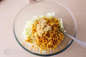 Салат из капусты с тунцом и кукурузой: фото к шагу 4.