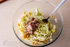 Салат из капусты с тунцом и кукурузой: фото к шагу 5.