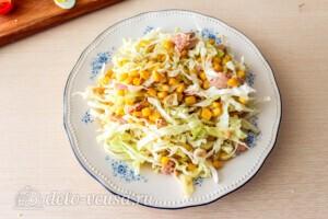 Салат из капусты с тунцом и кукурузой: фото к шагу 7.