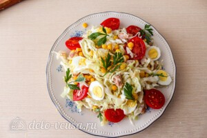 Салат из капусты с тунцом и кукурузой: фото к шагу 8.