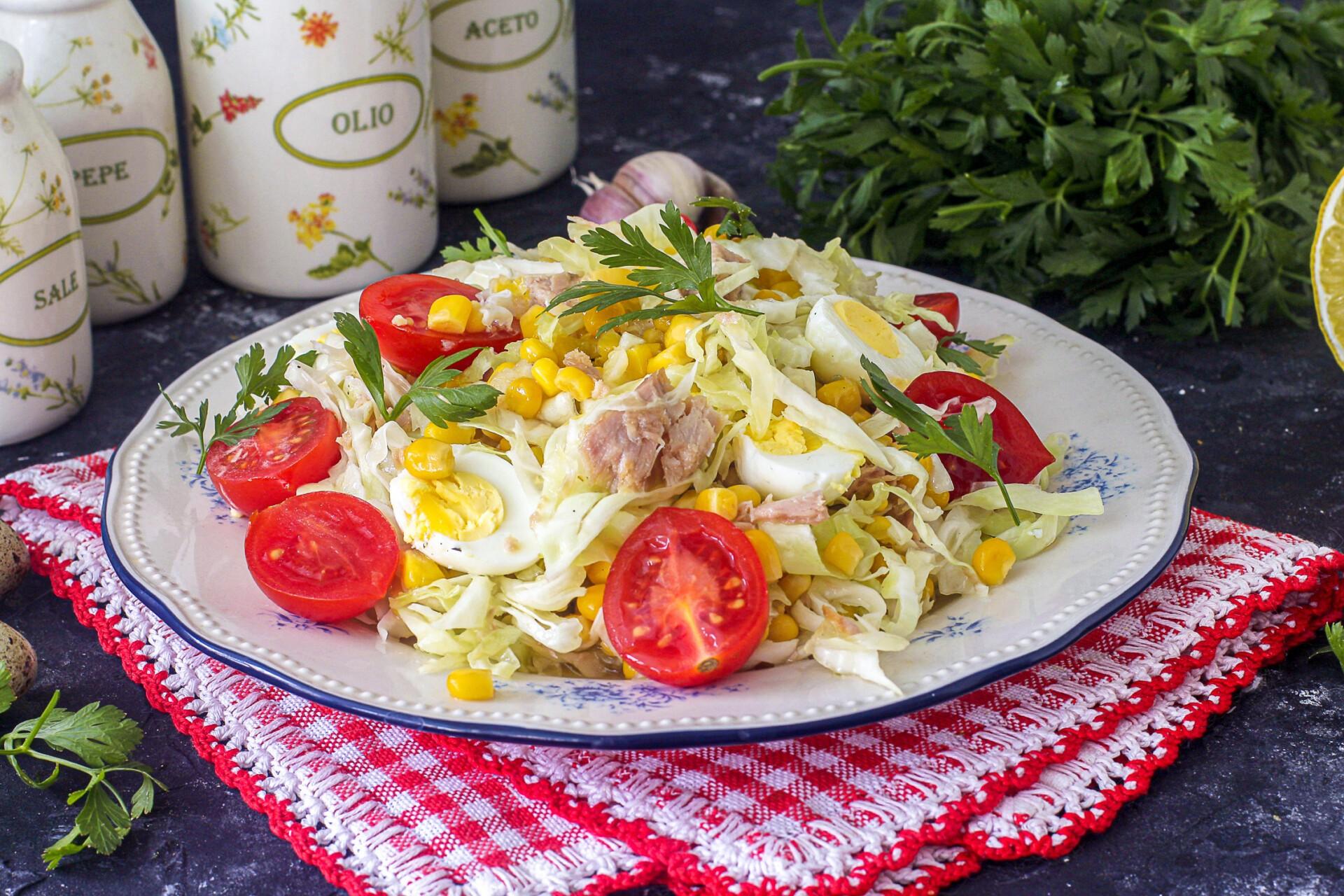 Салат из капусты с тунцом и кукурузой