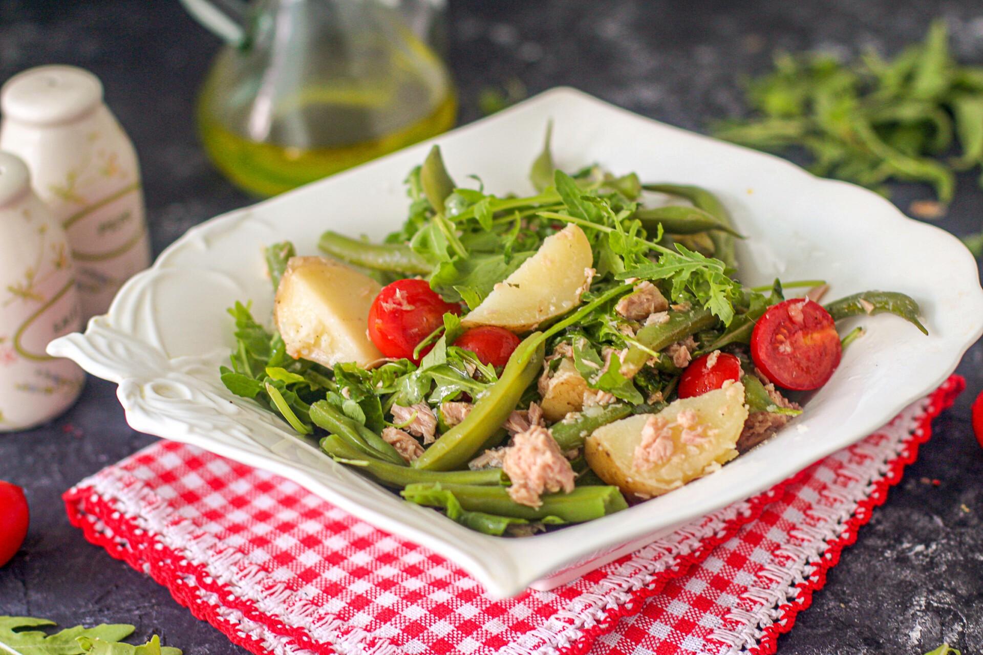 Салат с тунцом, молодым картофелем и зеленой фасолью