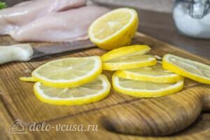Куриная грудка с лимоном в рукаве: фото к шагу 1.
