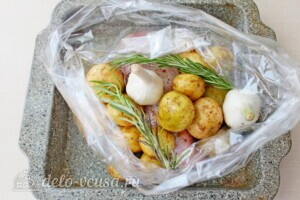 Голень индейки с картошкой в рукаве: фото к шагу 5.