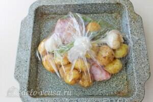 Голень индейки с картошкой в рукаве: фото к шагу 6.